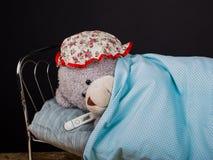 玩具熊不适 季节性憔悴,流感,育儿概念 免版税图库摄影