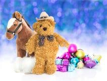 玩具熊与礼物和装饰品新年 免版税库存图片
