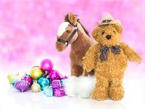 玩具熊与礼物和装饰品新年 免版税库存照片