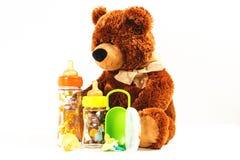 玩具熊和乳瓶和安慰者孩子的 免版税库存图片