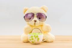 玩具熊和咖啡杯 免版税库存图片
