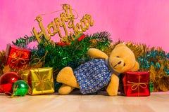 玩具熊和圣诞树与礼物在背景 免版税图库摄影