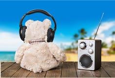 玩具熊和收音机在木背景 免版税图库摄影