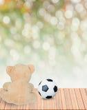 玩具熊和橄榄球 免版税库存照片