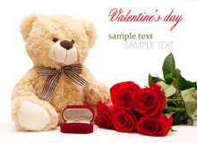 玩具熊和玫瑰与钻戒 库存照片