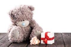 玩具熊和礼物盒在木头 库存图片