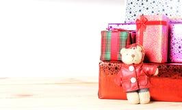 玩具熊和礼物盒有木桌的在白色背景 免版税库存图片