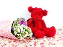 玩具熊和statice开花与打印的织品的花束 免版税图库摄影