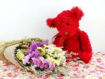 玩具熊和statice开花与打印的织品的花束 免版税库存照片