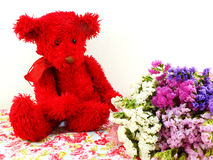 玩具熊和statice开花与打印的织品的花束 图库摄影