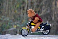 玩具熊坐摩托车 免版税库存照片