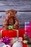 玩具熊坐有礼物的一个箱子 免版税库存照片