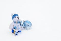 玩具熊坐雪 免版税库存图片