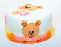 玩具熊孩子的生日蛋糕 免版税库存照片