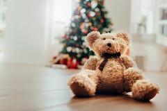 玩具熊当孩子的圣诞节礼物 图库摄影