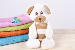 玩具熊新出生的乳头,特里毛巾 库存照片