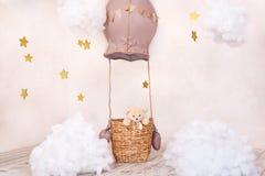 玩具熊旅客和飞行员 童年梦想 有浮空器、气球和纺织品云彩的时髦的葡萄酒儿童房间 ?? 图库摄影