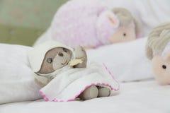 玩具熊有与计数绵羊的美梦 库存图片