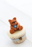 玩具熊杯形蛋糕 图库摄影