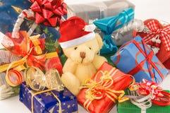 玩具熊特写镜头与圣诞老人帽子和礼物盒的 免版税库存照片