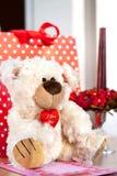 玩具熊玩具和礼物盒 华伦泰` s天惊奇 免版税库存照片