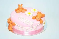 玩具熊生日孩子的方旦糖蛋糕 免版税库存照片