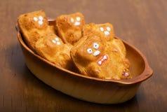 以玩具熊的形式杯形蛋糕 库存照片