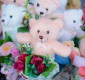 玩具熊花举行花束  免版税库存照片