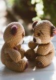 玩具熊,逗人喜爱和可爱的看的eachother的对 免版税库存照片