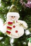 玩具特写镜头在圣诞节树装饰的。 免版税库存图片