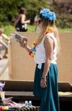 从玩具的有吸引力的女大学生射击肥皂泡开枪 图库摄影