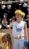 从玩具的有吸引力的女大学生射击肥皂泡开枪 免版税库存照片