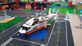 玩具直升机在机场伏努科沃的休息室 股票视频