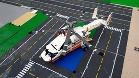 玩具直升机在机场伏努科沃的休息室 股票录像