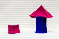 玩具砖房子和一块偏僻的砖 库存照片