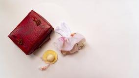 玩具红色手提箱sundress和帽子 库存图片