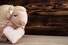 玩具羊羔木面孔书桌 库存照片
