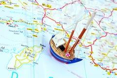 玩具船和地图 免版税库存图片
