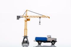 玩具起重机和汽车两 库存照片
