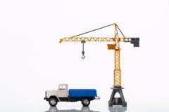玩具起重机和汽车 免版税库存照片