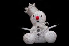 玩具雪人由白色制成在黑暗穿线 库存图片