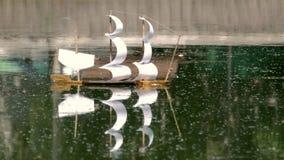 玩具风帆船在水漂浮 股票录像