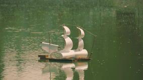 玩具风帆船在水漂浮 股票视频