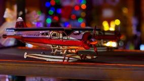 玩具飞机在闪动中的架子上色 股票录像