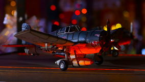 玩具飞机在闪动中的架子上色 股票视频