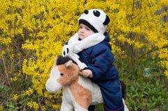 玩具马的孩子 免版税库存照片
