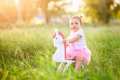 玩具马的小女孩 免版税库存图片
