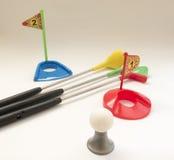 玩具高尔夫球设置了用多彩多姿的棍子,球,旗子 免版税库存照片