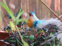 玩具鸟在塑料庭院里 库存图片