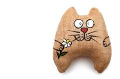 玩具-拿着在他的爪子的猫花 库存图片